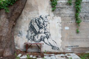 У Литві біля графіті встановили захисні таблички