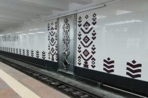 На станції метро «Святошин» з'явилося металеве панно