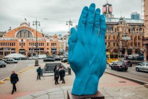 Скульптуру синьої руки на бульварі Шевченка демонтували