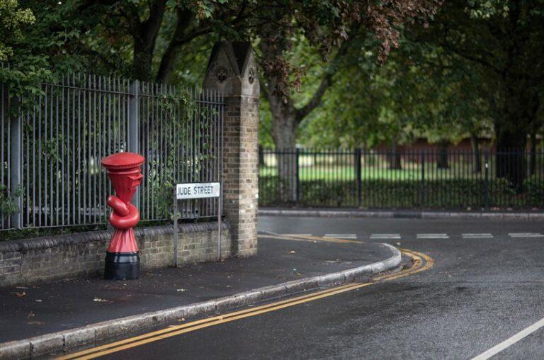 Художник встановив сюрреалістичні скульптури по всій Великобританії
