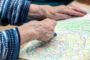 Дослідження: мистецтво допомагає людям з деменцією