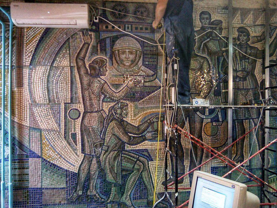 У Дніпрі почали руйнувати радянську мозаїку у відділенні Укрпошти