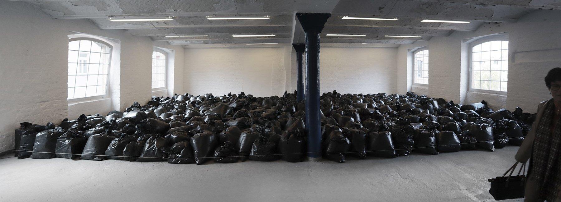 У Берліні відкрили інсталяцію з 500 мішків для сміття