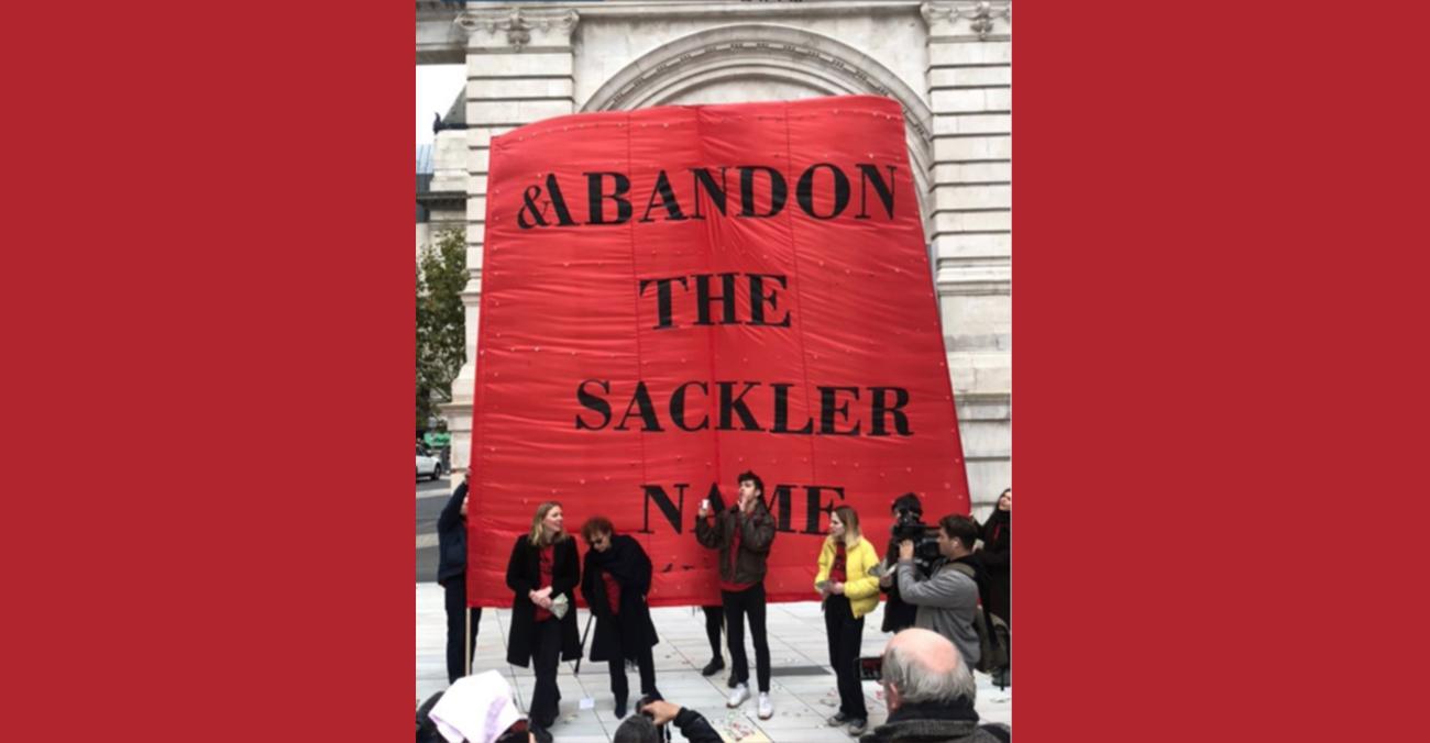 Нан Ґолдін виступила проти політики Музея Вікторії й Альберта