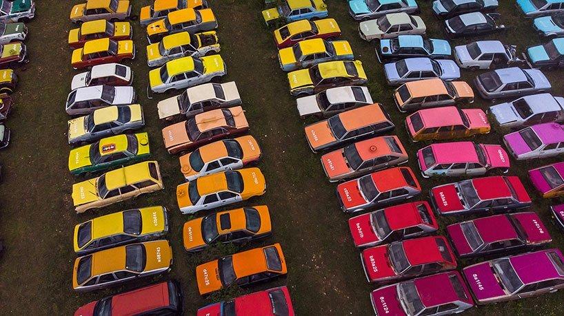 Вуличний художник Zoer створив інсталяцію зі 144 машин