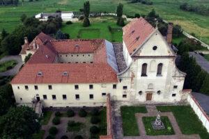 На Львівщині обвалився дах фондосховища колишнього монастиря