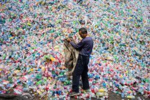 У Китаї заборонять одноразовий пластик