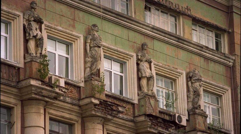 З фасадів будинків у центрі Києва зникли статуї