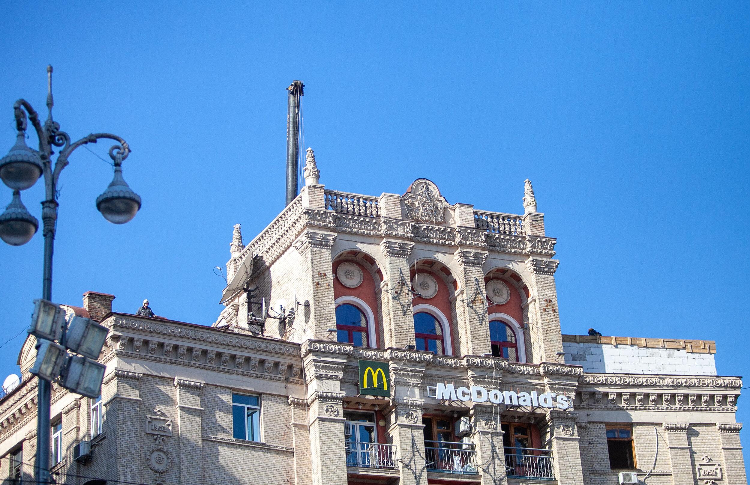 Власники квартири в Києві почали незаконне будівництво на даху будинку