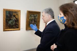 Порошенко відкрив виставку картин, через які його викликали на допит