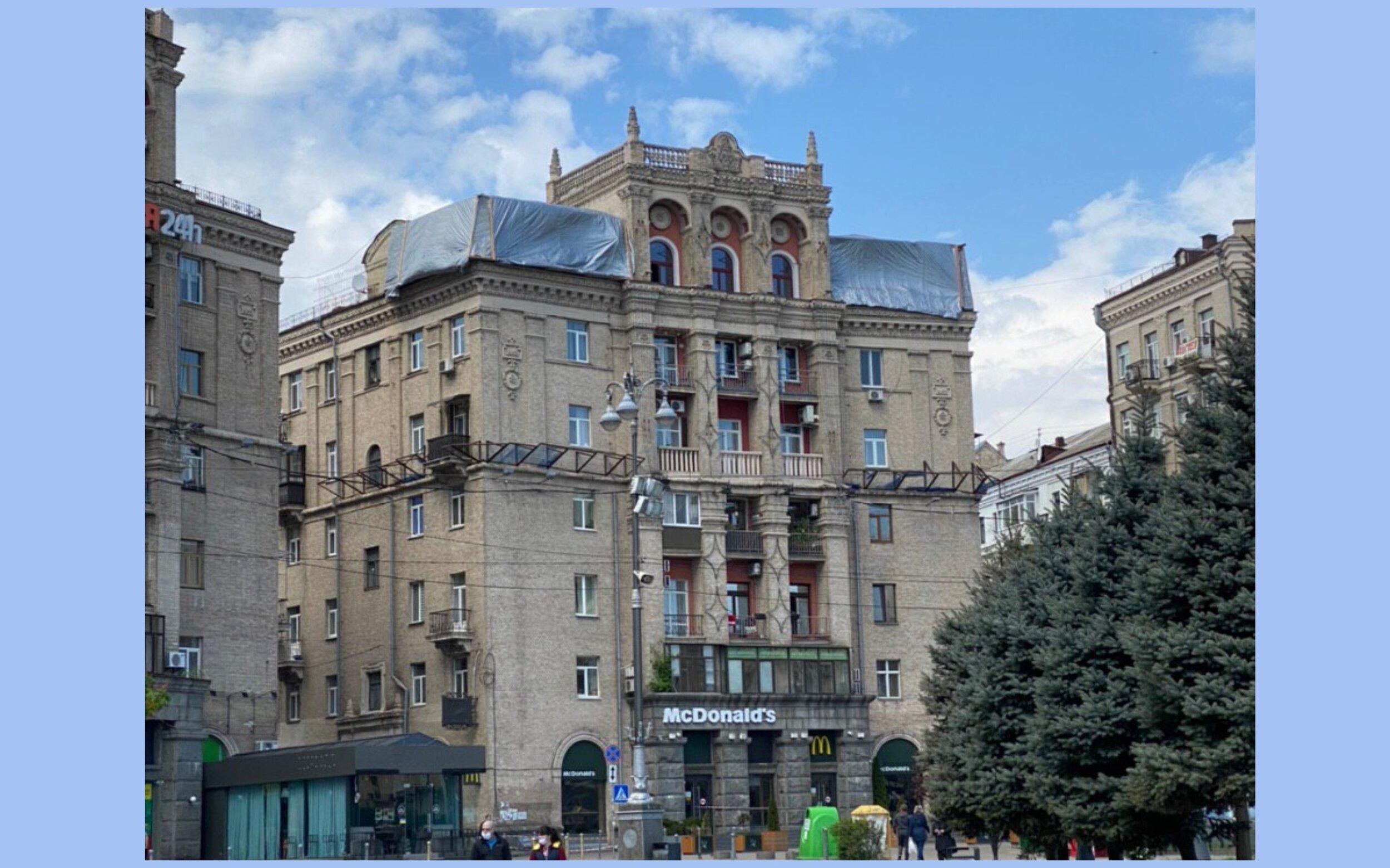 На Майдані Незележності знову почали зводити незаконну добудову на даху будинку