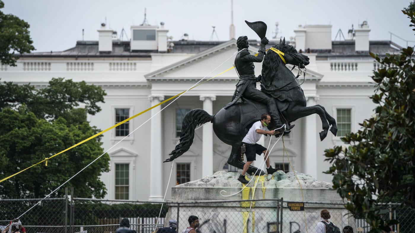 Дональд Трамп дозволив поліції заарештовувати активістів, які руйнують пам'ятники
