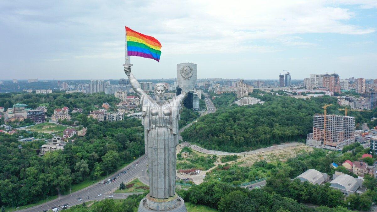Активісти підняли на «Батьківщину-Мати» прапор ЛГБТК+