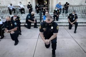 У США поліцейські підтримали протестувальників