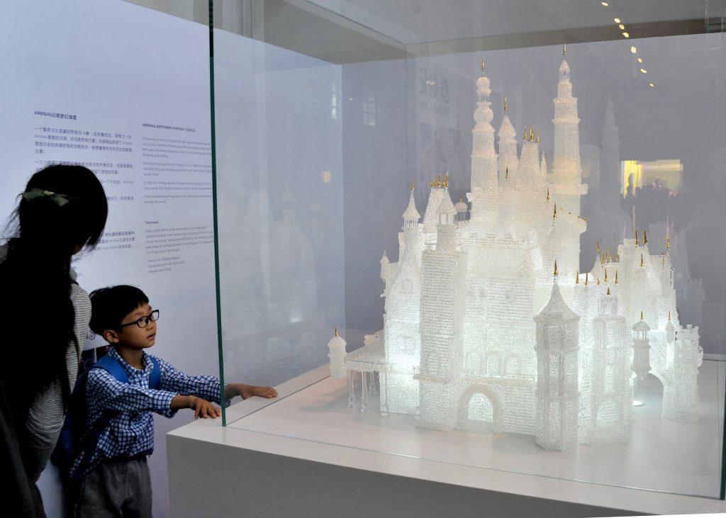 Діти розбили скульптуру замку Діснея в Музеї скла в Шанхаї