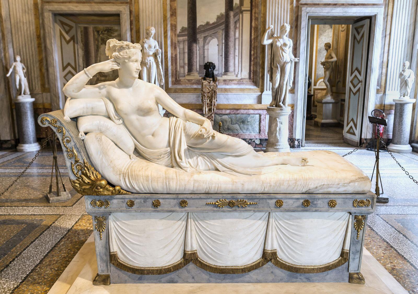 В Італії відвідувач галереї випадково відламав пальці скульптурі