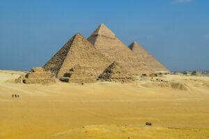 На тлі тисячолітніх пірамід покажуть виставку сучасного мистецтва