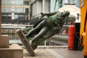 Уряд Великобританії: «Музеї повинні припинити скидати суперечливі статуї»
