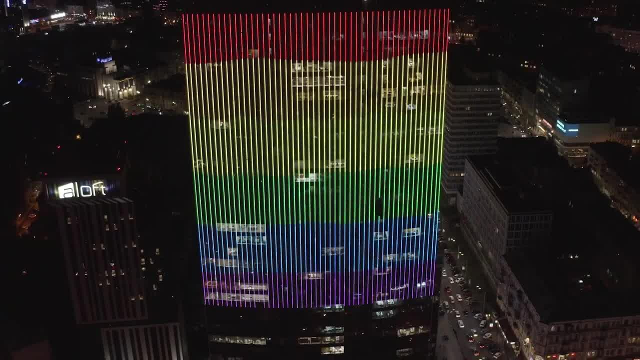 На будівлю ТРЦ «Гулівер» почали транслювати прапор ЛГБТК+