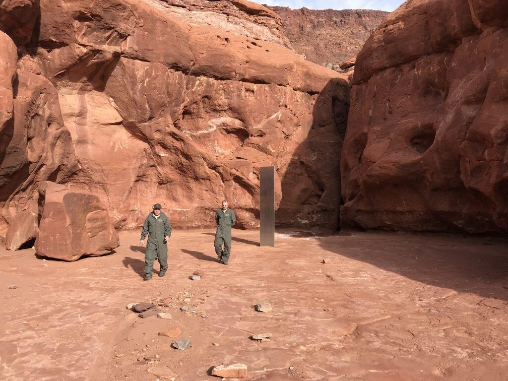 У Штатах посеред пустелі знайшли таємничий металевий моноліт