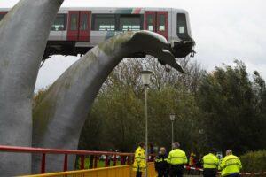 У Роттердамі потяг від аварії зупинив артоб'єкт