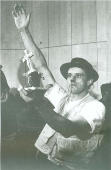 Йозеф Бойс після сутички із студентом на фестивалі нового мистецтва, організованому групою «Флюксус» в Технічному університеті в Ахені, 20 липня 1964, фото: вільне джерело