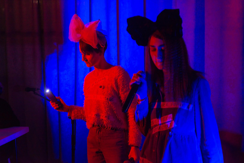 Анна Щербина та Уляна Биченкова спільно з Pidozra (moe). Музичний перформанс «Sound of music» на відкритті виставки-серіалу «Озброєні та небезпечні», арт-платформа «Ізоляція», 2019. Фото: Максим Білоусов