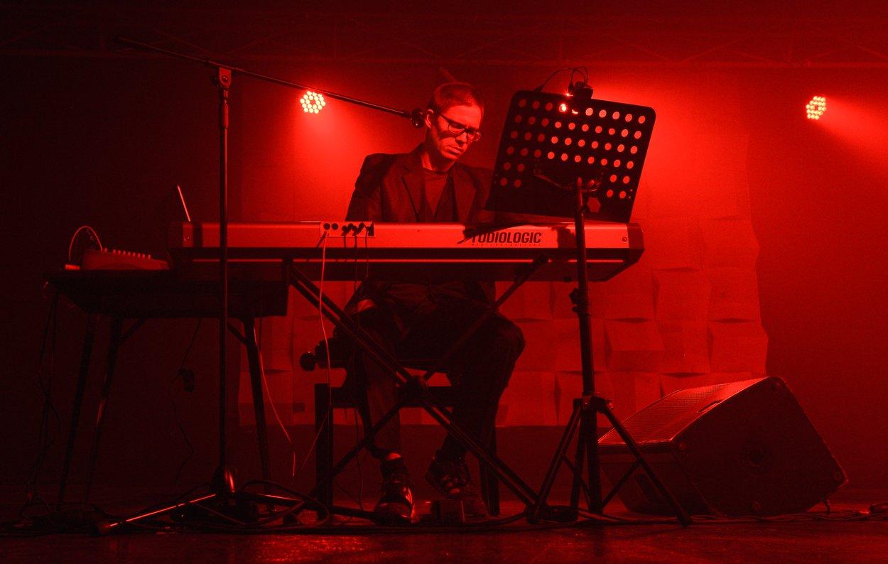 Алексей Шмурак - фотография Лены Самойленко 2018 - концерт Well Trained Songs в рамках Kyiv Poetry Week в пространстве Plivka