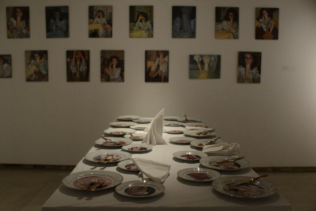 Влада Ралко, «Недільний обід», 2020. На стіні робота Аліни Клейтман, «САМА»