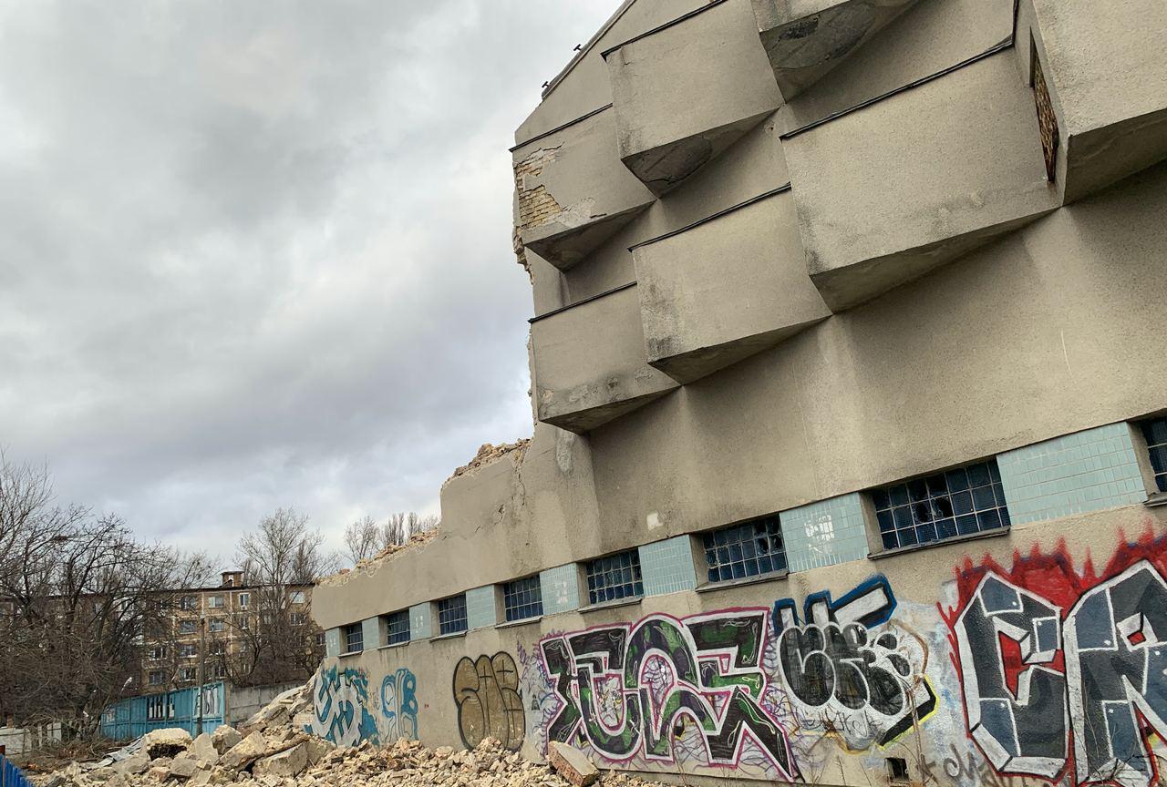 На Воскресенці почали руйнувати модерністський басейн