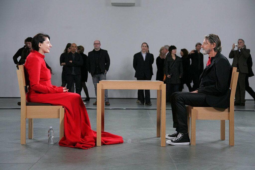 Марина Абрамович на своїй виставці «У присутності художника». МоМА, Нью-Йорк, 2010
