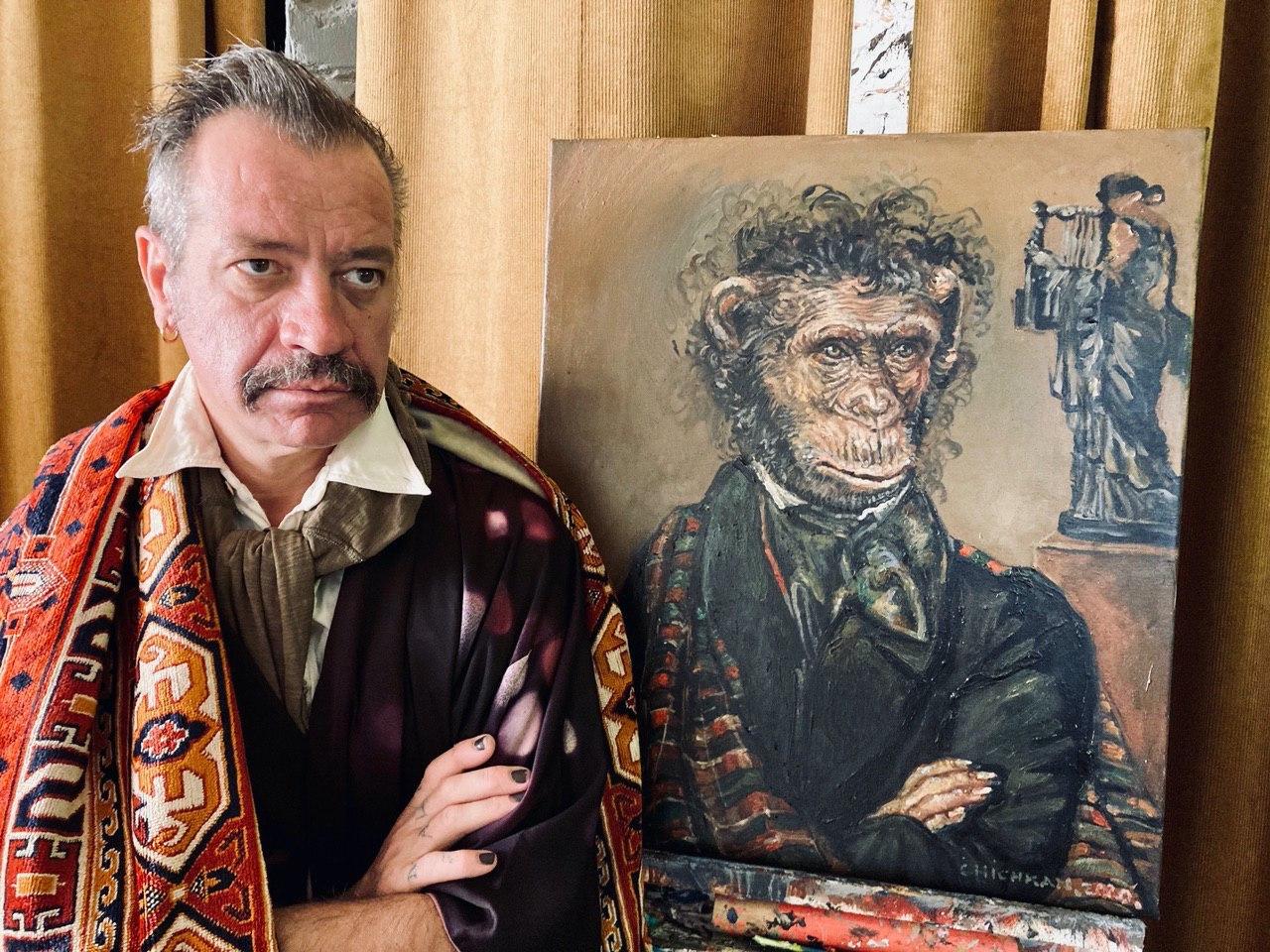 Ілля Чичкан на тлі «Портрету О. С. Пушкіна» Ореста Кіпренського з проекту «Музейні джунглі», 2020