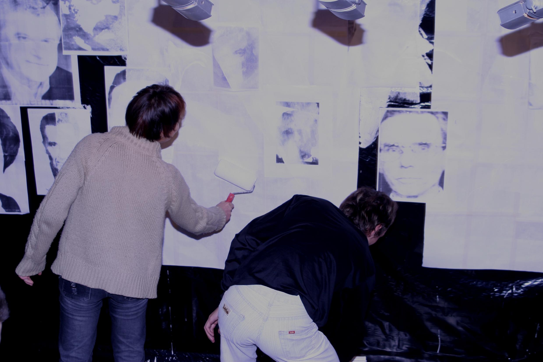Мыкола Ридный и Белла Логачёва «Побелка». Перформанс в Харьковской Муниципальной галерее. 2004