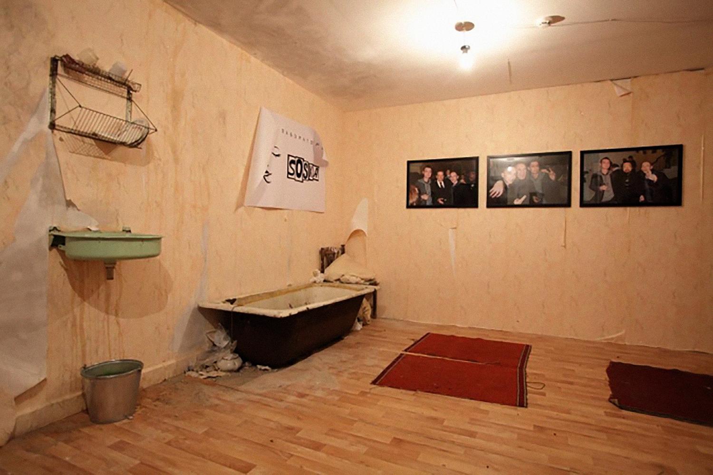 Группа SOSка «Дистанция». Инсталляция в Московском музее современного искусства на Гоголевском бульваре. Выставка «Невозможное сообщество». 2011