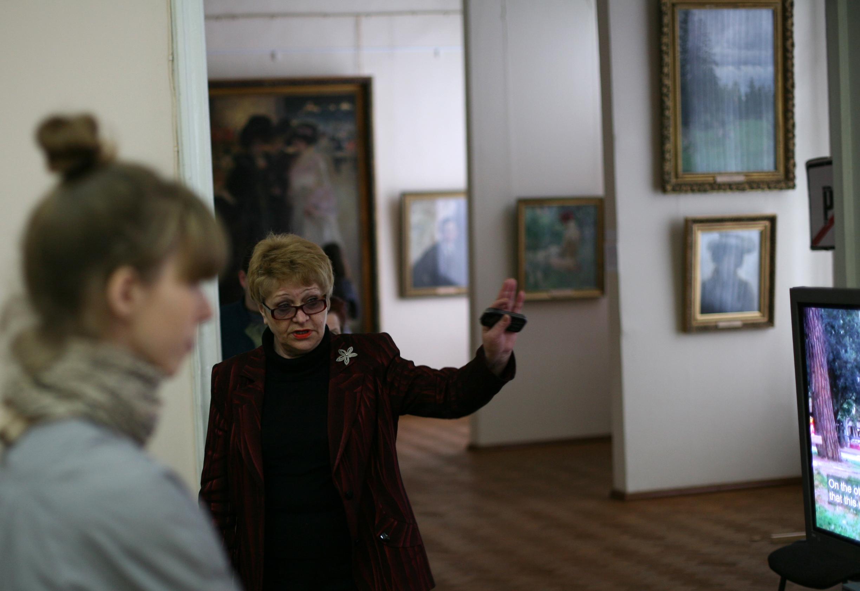 Валентина Мызгина перед открытием выставки «Новая история» в Харьковском художественном музее. 2009