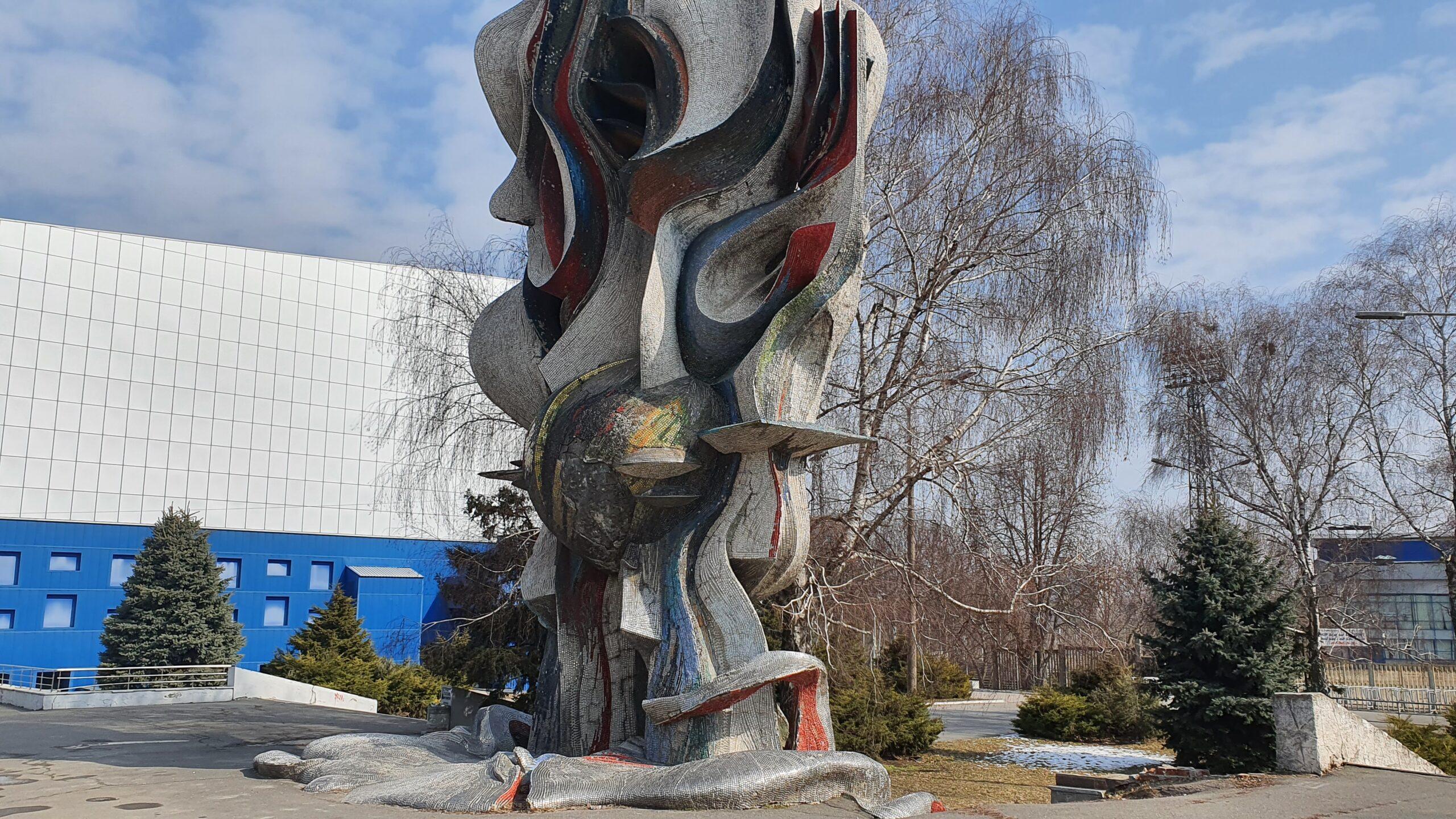 У Дніпрі збирають підписи за відновлення скульптури «Палаючий метеор»