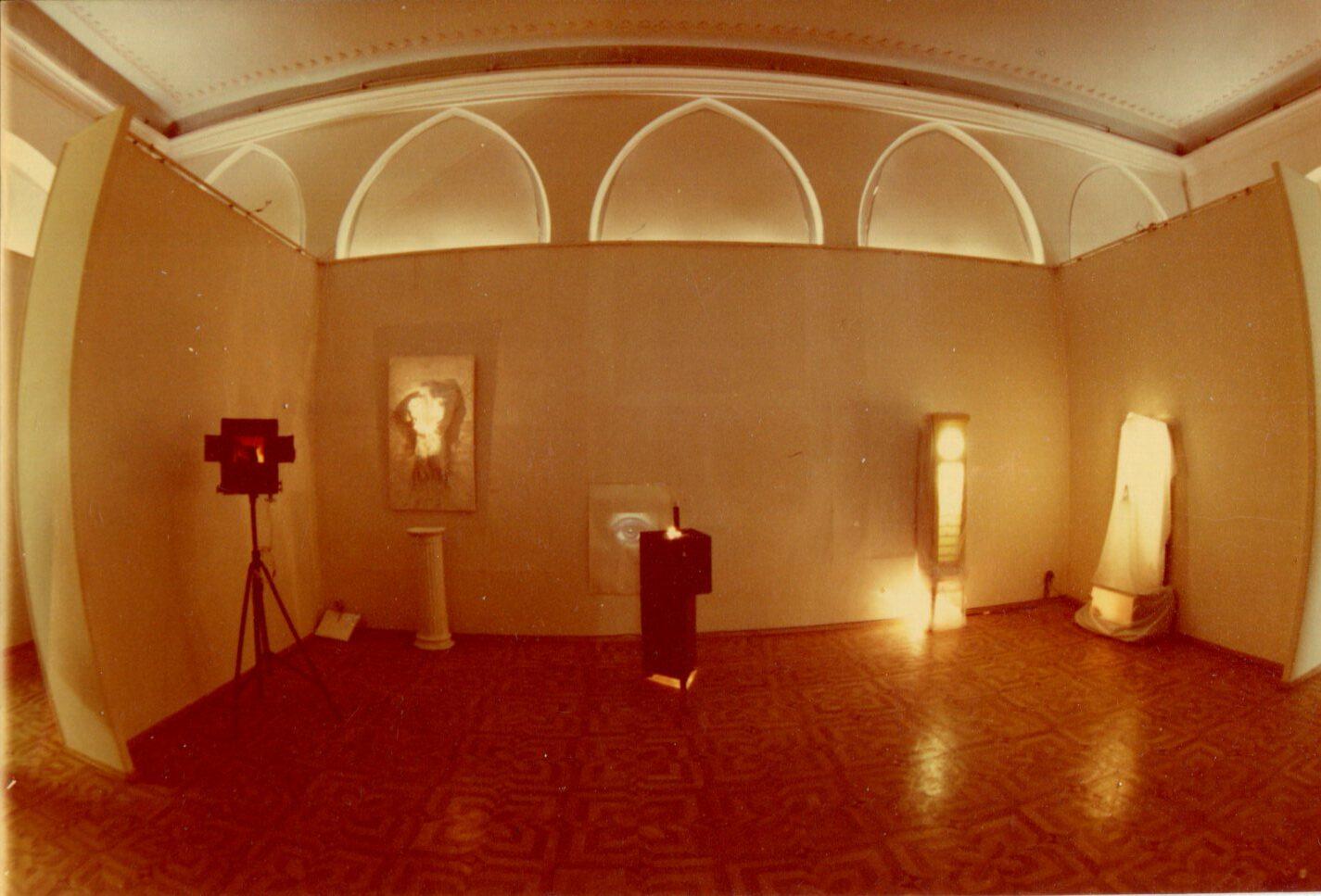 Експозиція виставки «Світло з темряви», «ТИРС», 1994
