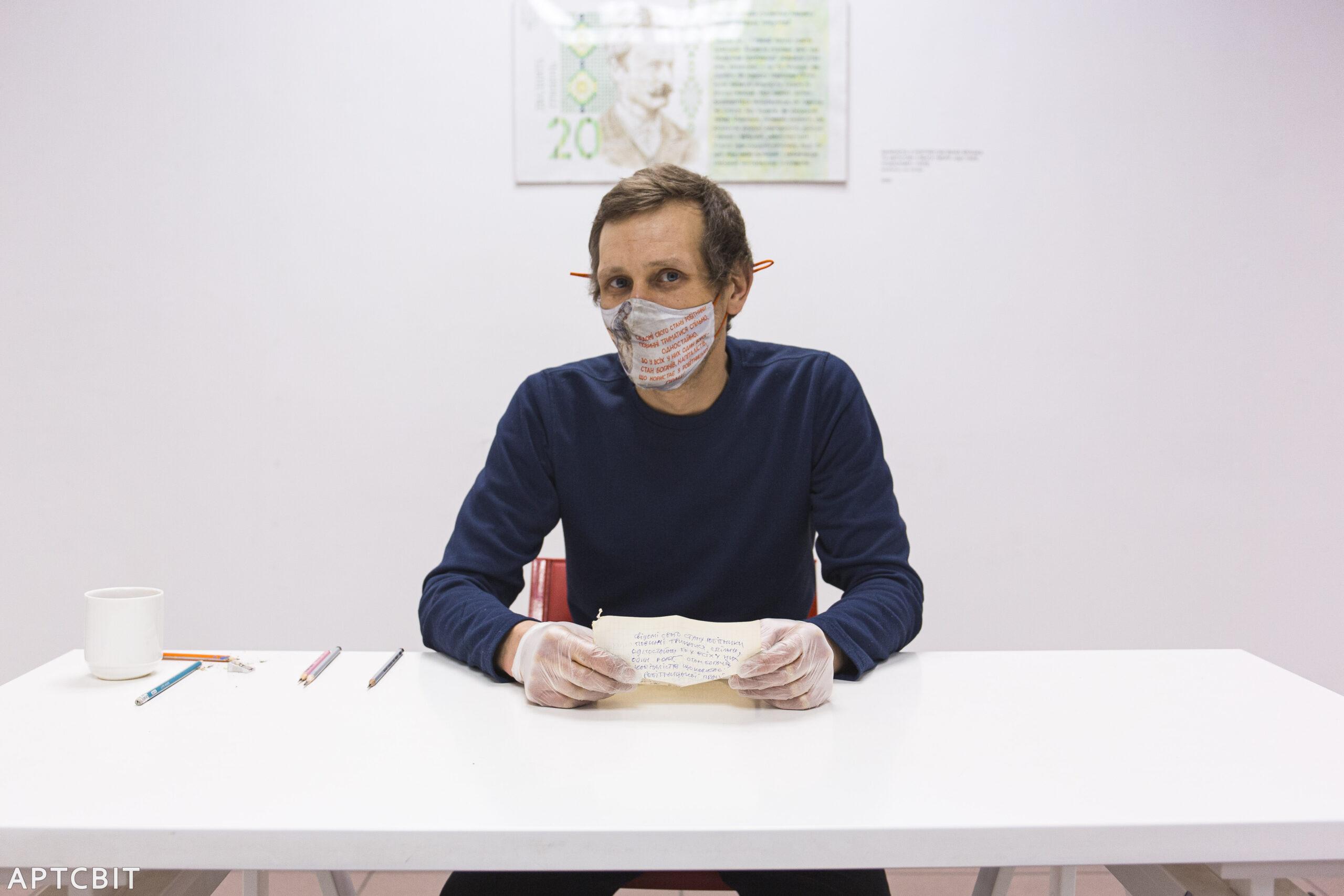 Давид Чичкан на відкритті виставки «Гривні альтернативні» в галереї «Артсвіт» у Дніпрі. Фото: Олександр Матюшкін