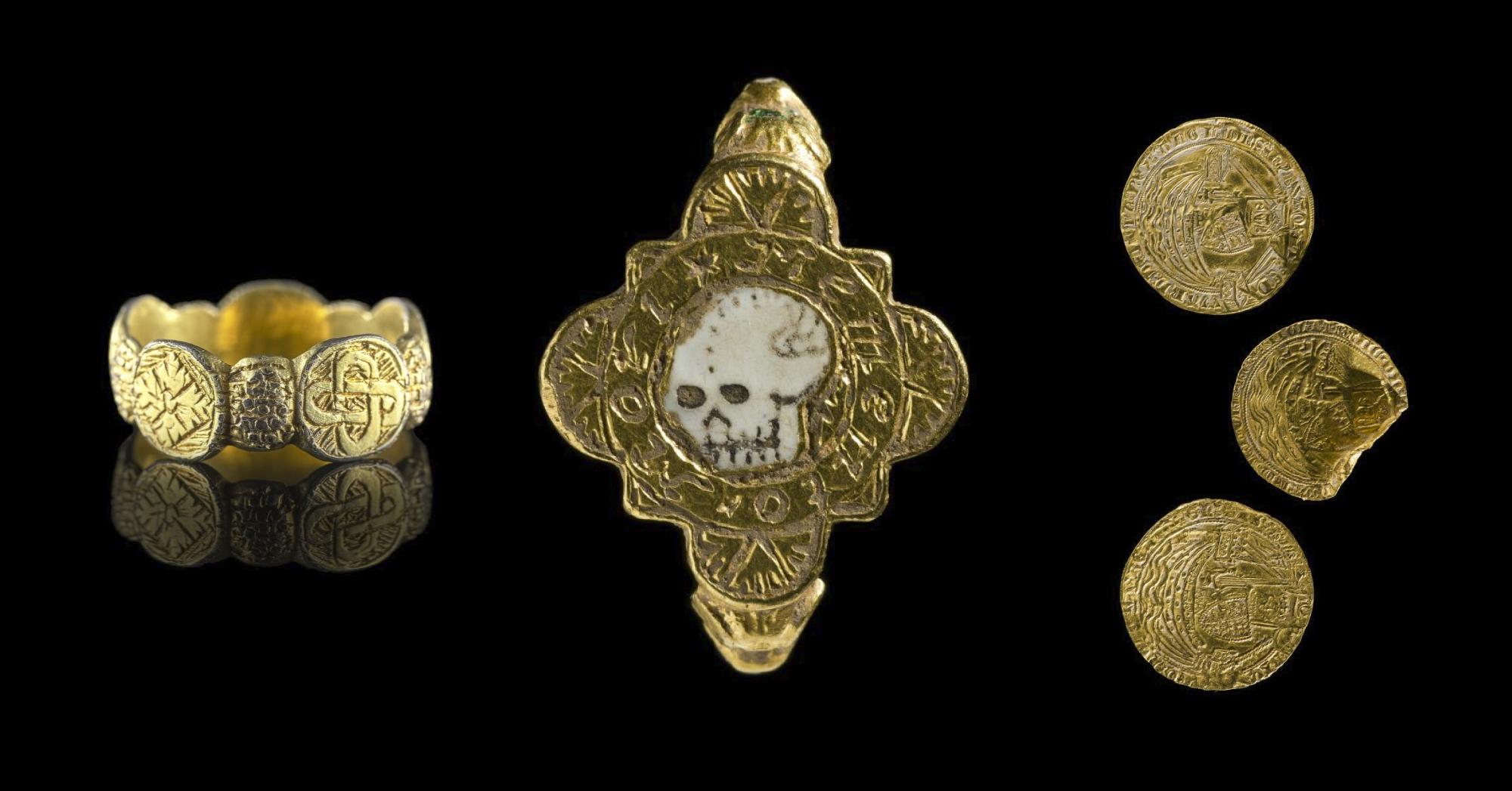 Аматори з металошукачами знайшли середньовічне кільце з черепом
