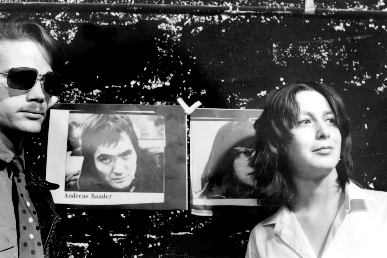 Кріс Краус справа під час роботи в театрі, 1980. Фото: Рікі Маккой.
