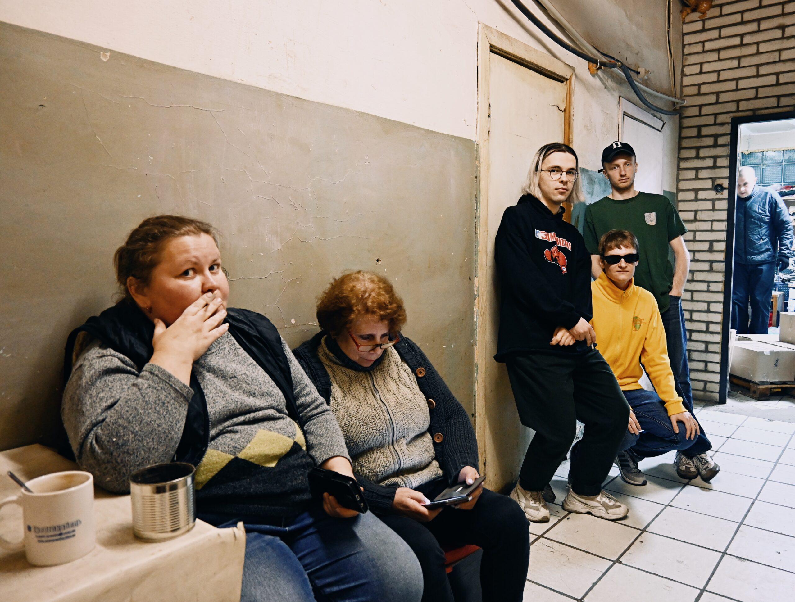 Серьога, Олесь та Влад в коридорі перед офісом редакції «ПОТОП». Фото: Маркіян Русул