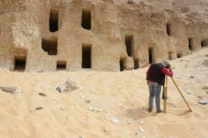 У Єгипті знайшли 250 висічених у скелі гробниць