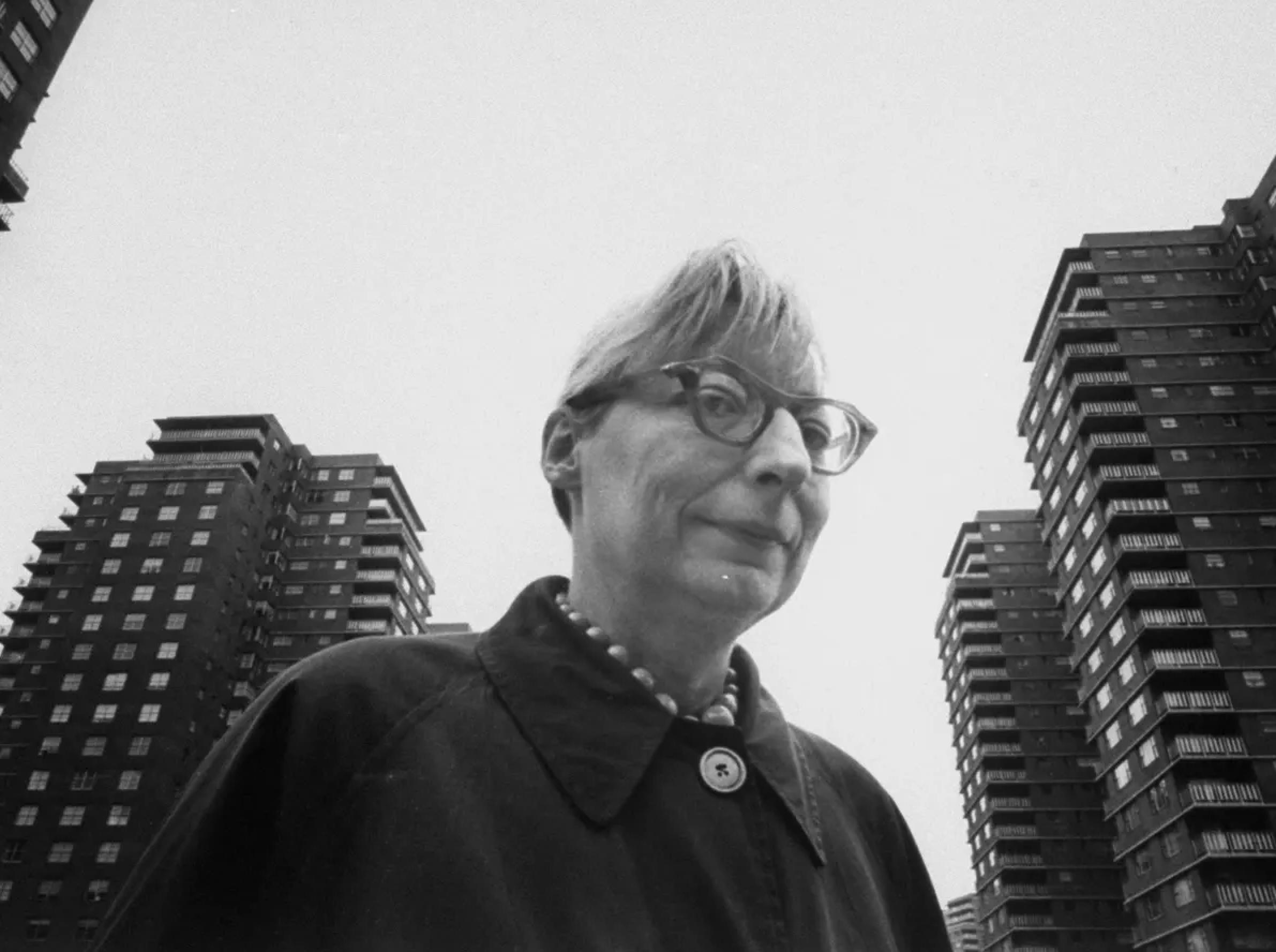 «Безпека на вулицях забезпечується не поліцією, парканами чи камерами» — про «Смерть і життя великих американських міст» Джейн Джейкобс