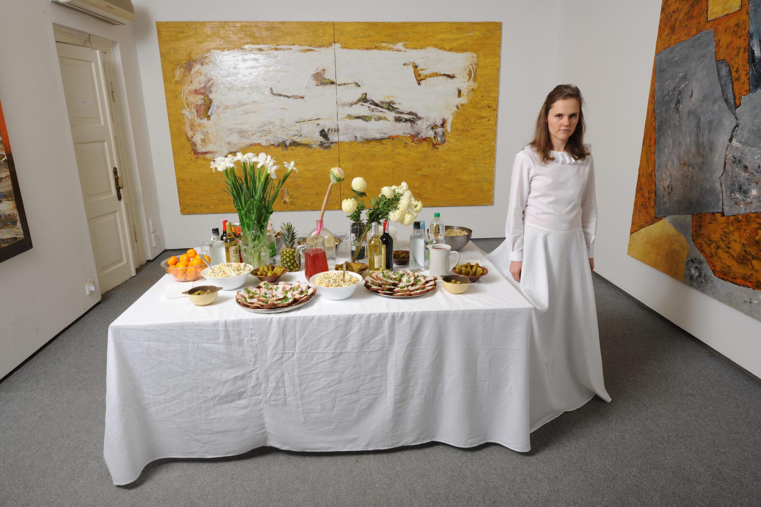 Документація перформансу Лесі Хоменко «Святковий стіл». Карась галерея, 2013. Фото із приватного архіву Лесі Хоменко, надано художницею