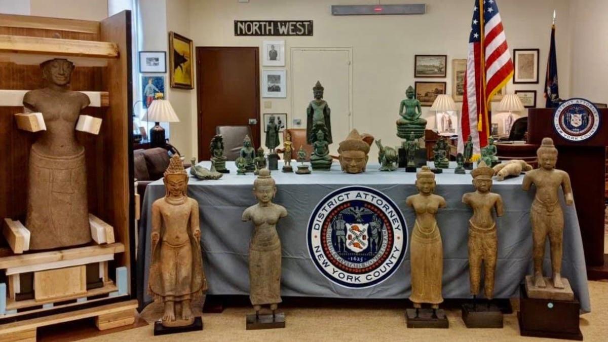 Прокурор округу Манхеттен поверне до Камбоджі 27 викрадених артефактів
