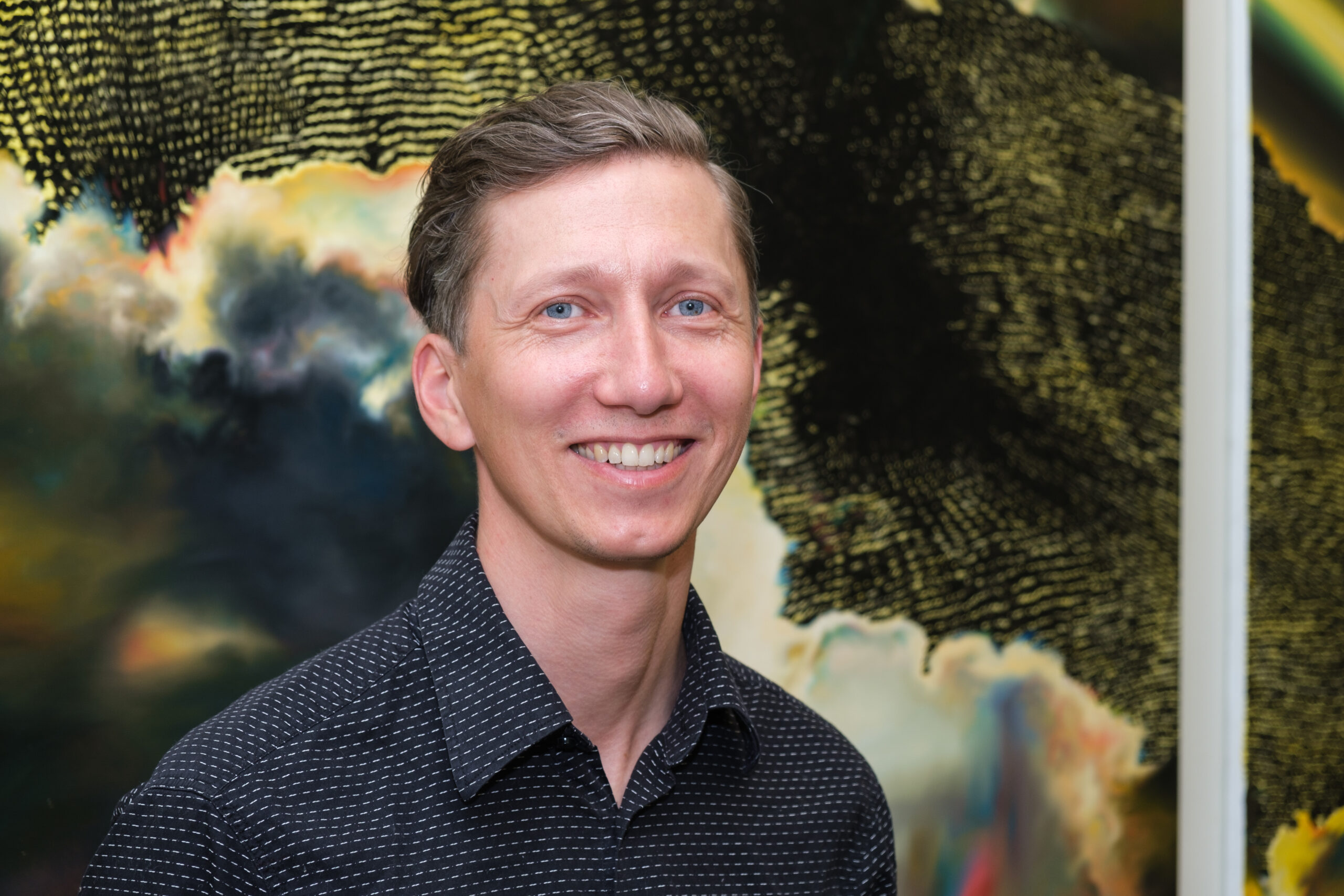 Артем Волокітін на відкритті виставки «Абстрактне світло», 2021.