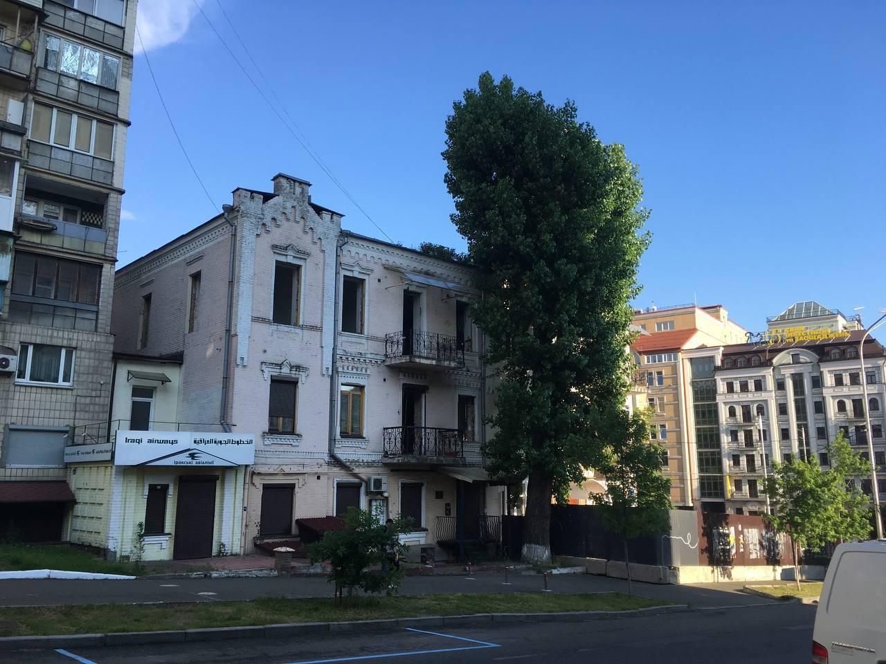 Архітектура Києва знову під загрозою: розбирають будівлю XIX століття з унікальною ліпниною всередині