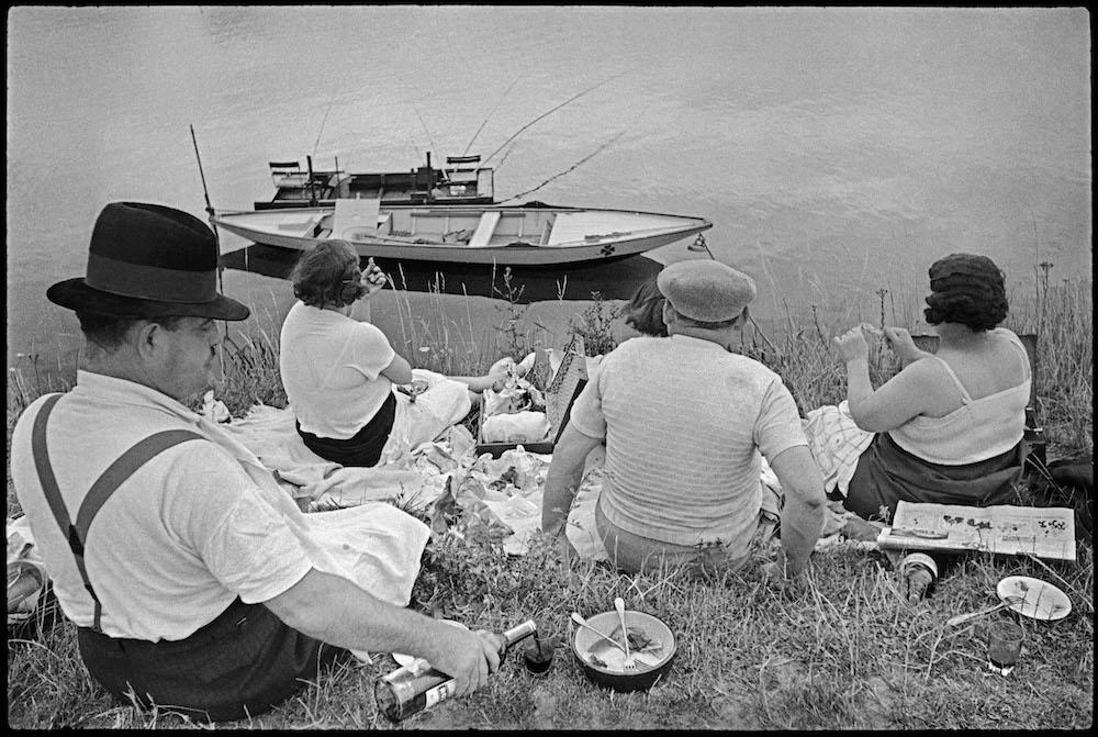 Анрі Картьє-Брессон, Sunday the Banks of the Marne, Paris, (1936–38). ©Fondation Cartier-Bresson/Magnum Photos/Courtesy Peter Fetterman Gallery