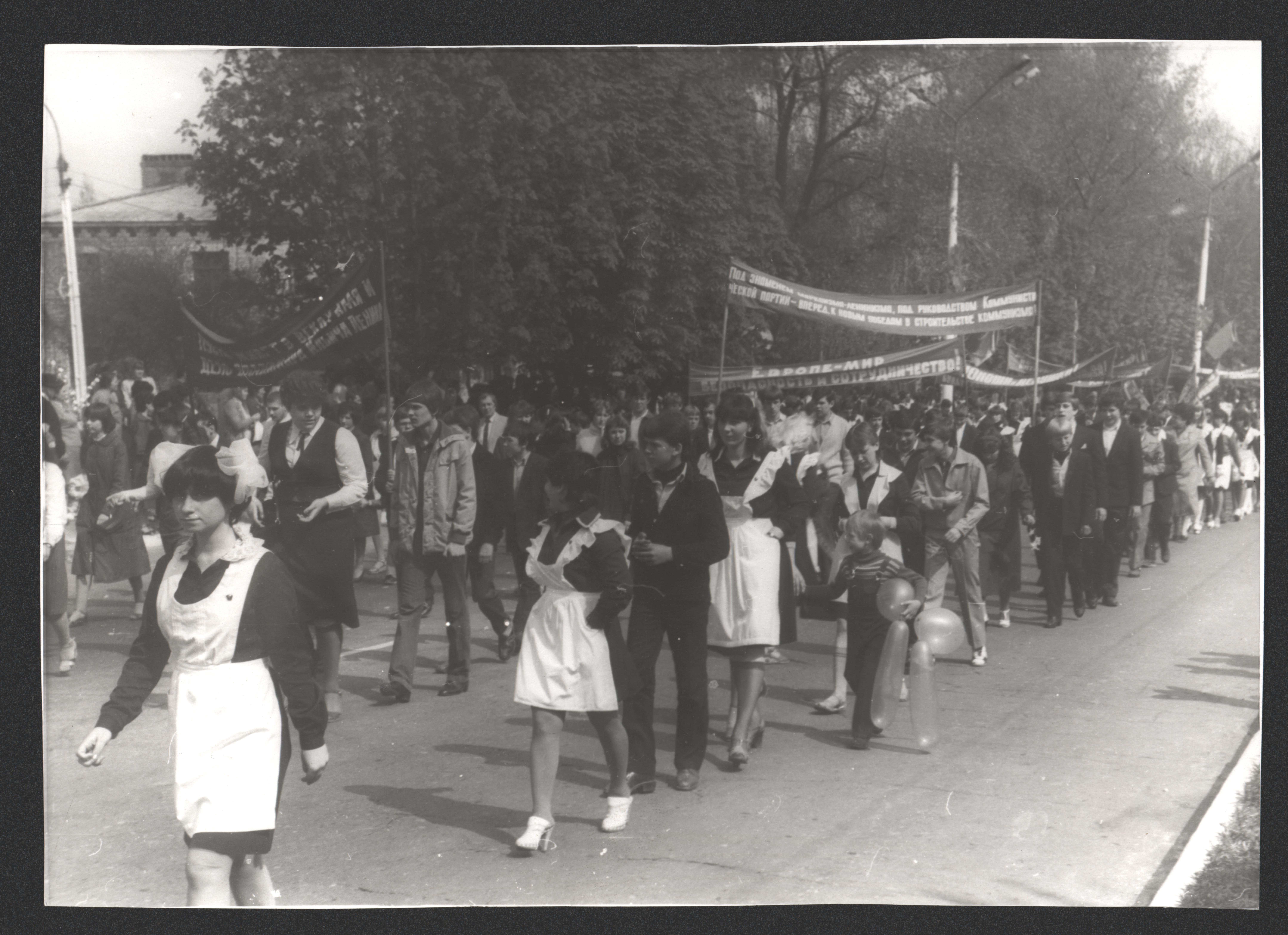 Першотравнева хода у Дружківці, кін. 1980-х рр. Фото: Олександр Бойко