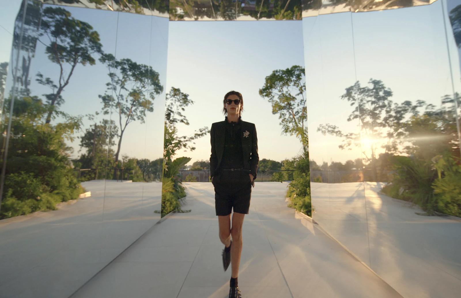 Saint Laurent представив нову колекцію всередині інсталяції Дага Ейткена